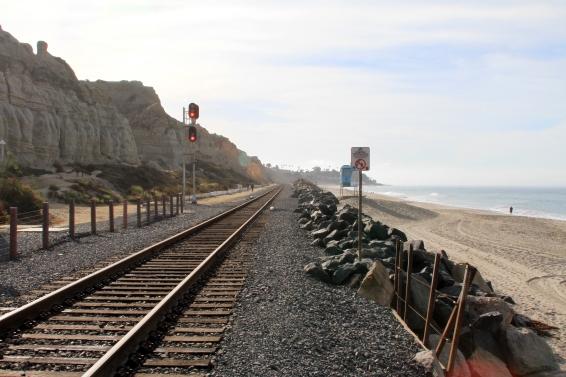 Os trilhos do trem que cortam a costa de San Clemente
