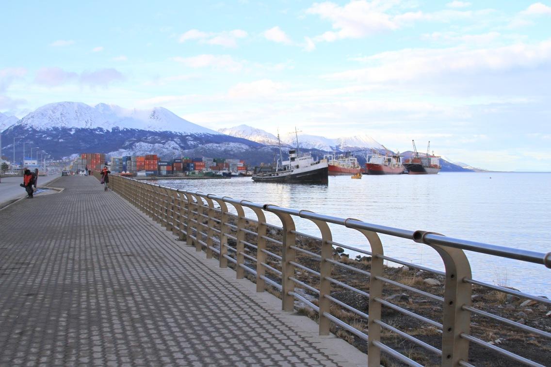 O calçadão da Avenida Prefectura Naval vale uma caminhada, onde está o barco encalhado Saint Cristopher