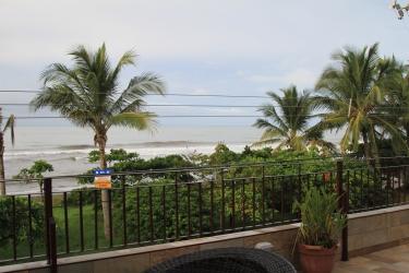 O terraço do hotel com vista de camarote para as ondas em Playa Hermosa