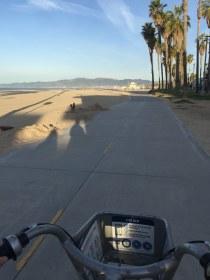 Ciclovia pela beira praia, que vai de Santa Monica até Venice Beach